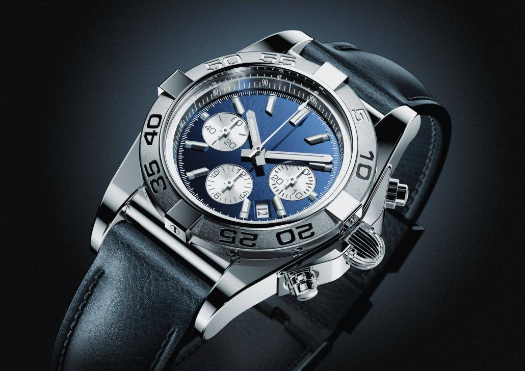 Eine sportliche Armbanduhr mit schwarzem Armband vor dunklem Hintergrund
