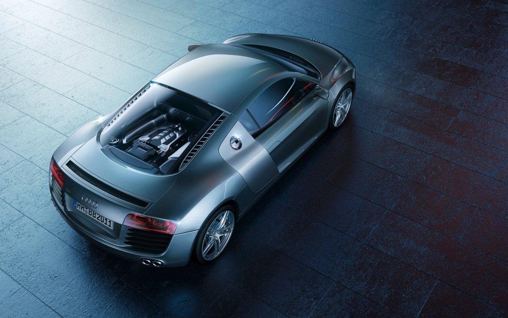 Audi A8 auf dunklen Steinfliesen im Seitenlicht