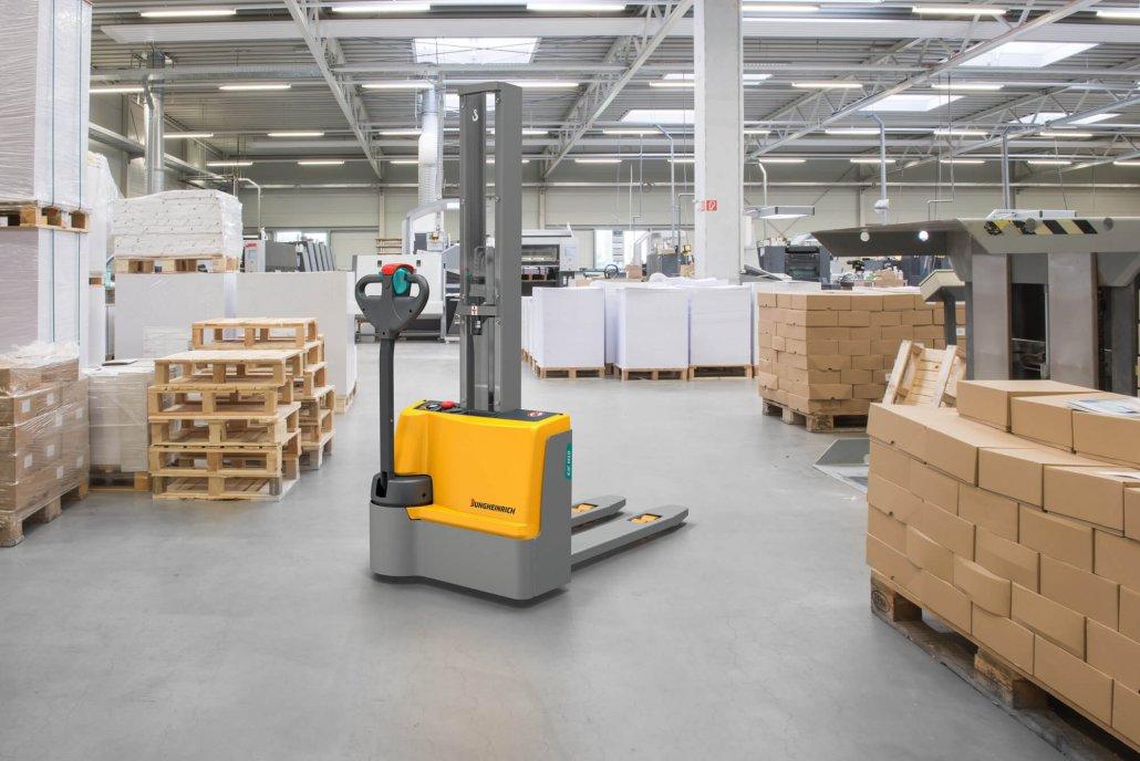 Jungheinrich Hubwagen EJC steht in grosser Druckerei
