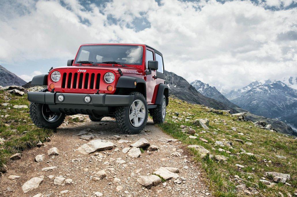 Wrangler Jeep Rubicon auf Wanderweg in den Schweizer Alpen