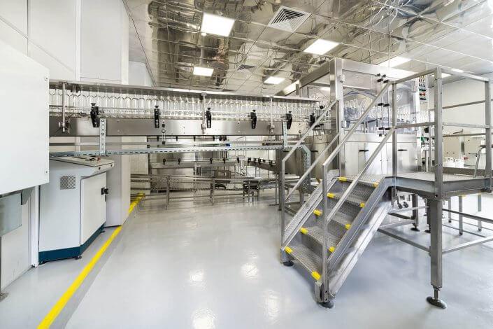 Moderne Industriehalle mit Abfüllanlage aus Edelstahl