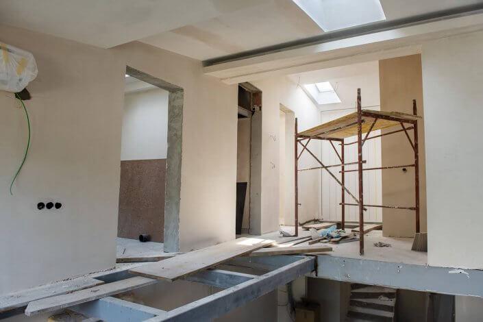 Baustelle mit Brettern und Baugeruest