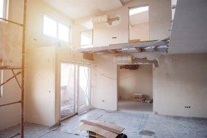 Baustelle einer mehrstöckigen Immobilie mit Baugeruest