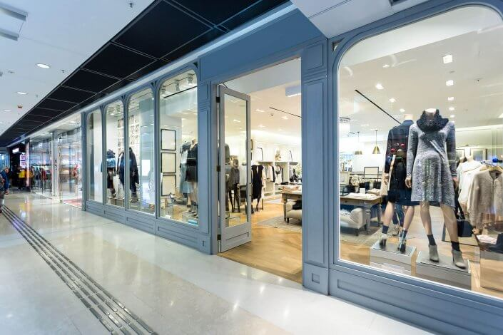 Eingang eines Geschäftes für Damenmode in einem modernen Einkaufszentrum