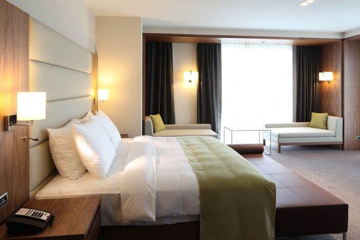 Doppelbett in einem luxuriösem Hotelzimmer