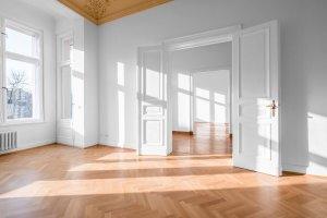 Leerstehenden Räume einer klassischen Immobilie im sonnigen Licht