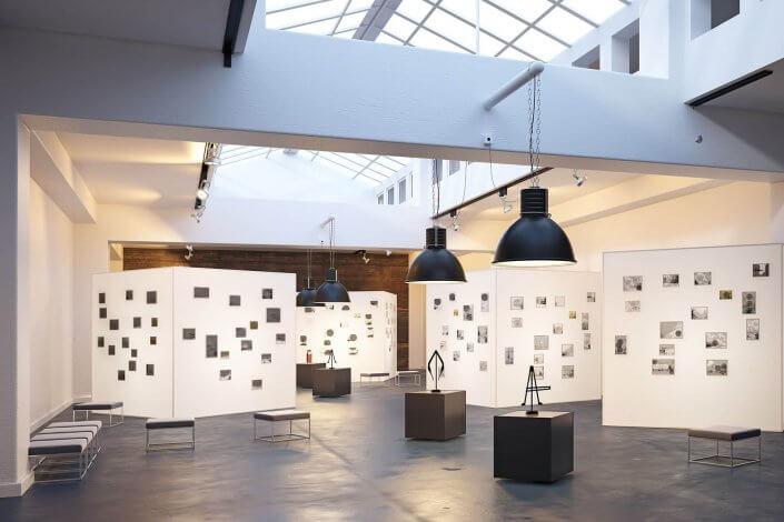 Bilderausstellung in einer modernen Architektur