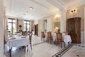 Speisesaal mit gedeckten Tischen in einem klassischen Luxushotel